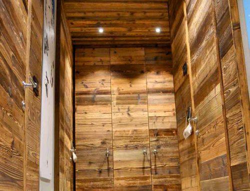 Ingresso con porte e pareti in legno massello